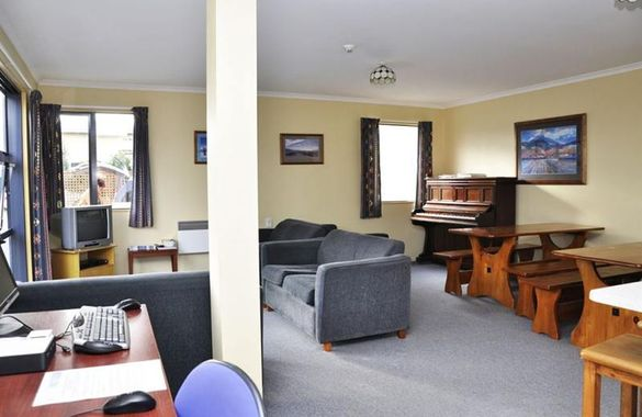 Koanui Lodge and Backpackers image